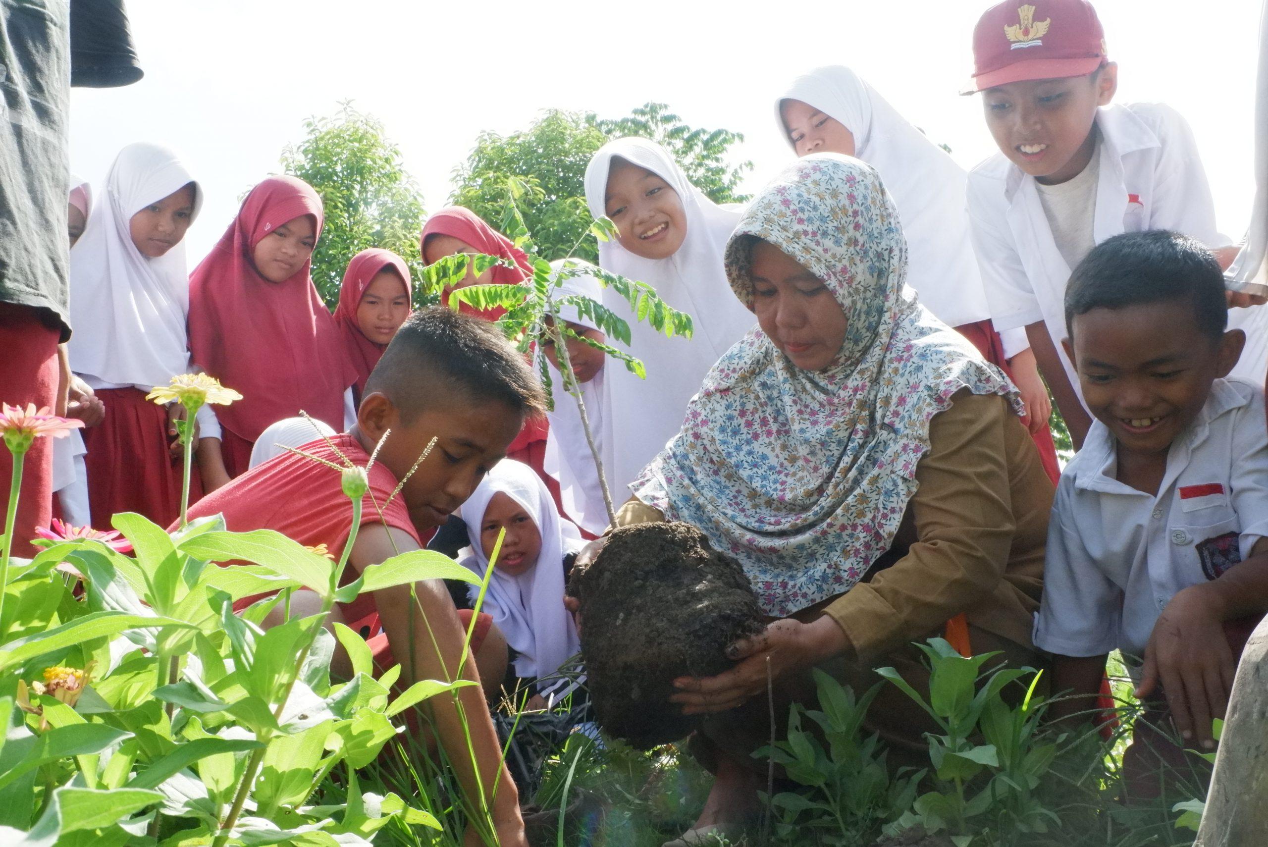 Nusantara-Pembina duta mengajak anak-anak berkebun